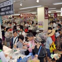 臨時の免税カウンターに詰め掛ける韓国人乗客=24日、奄美市名瀬のダイエープラザ大島店