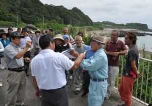 徳之島での土砂採取と桟橋の建設計画について現地で確認した住民有志ら=31日、徳之島町