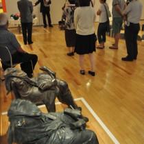 現代アート13点を展示している特別展であった学芸員による作品解説=17日、田中一村記念美術館