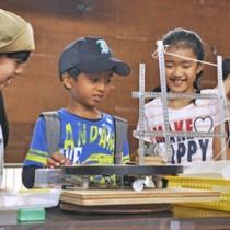 「こどもの日フェスタ」でクレーンゲームに夢中になる子どもたち=5日、奄美市名瀬の県立奄美少年自然の家