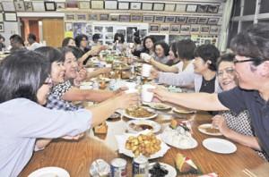 壮年団のもてなしで乾杯する婦人会会員ら=10日、知名町住吉字公民館
