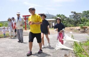 沿道の景色を楽しみながら歩く子どもたち=10日、瀬戸内町請島