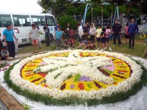 沖永良部島の花を使って制作された「インフィオラータ」=9日、和泊町の国頭小学校(同校提供)