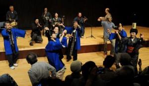 参加者と六調で踊り