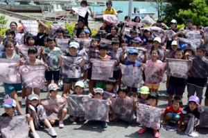 泥染めでハンカチをオリジナルの模様に染めた第1回の子ども博物学士講座=16日、龍郷町役場