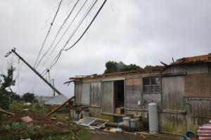 電柱の倒壊や住家の屋根が飛ばされるなど被害が相次いだ=12日午前11時すぎ、伊仙町検福