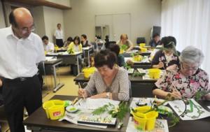 日本画の制作を楽しんだ絵画教室=24日、奄美市笠利町の県奄美パーク