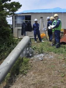 突風による被害を調査した気象庁機動調査班=13日、伊仙町検福