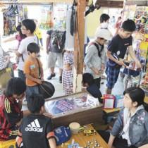 駄菓子を買い求める子どもや大人でにぎわう店内=5日、瀬戸内町古仁屋