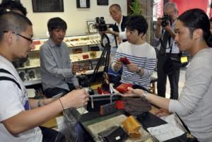 奄美大島を訪れ生産者と意見交換する東急ハンズのバイヤーら=3月、奄美市名瀬