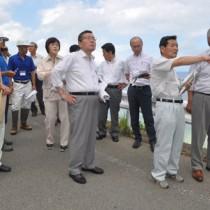 採石場を視察する県議会県民連合の一行=18日、奄美市住用町