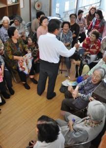 活動について話し合った地域サロンの参加者ら=8日、徳之島町