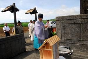 招魂碑建立30年を祝った慰霊祭=18日、喜界町伊実久