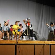 ユーモアあふれる劇で来場者を楽しませた3年1組の発表=13日、沖永良部高校体育館