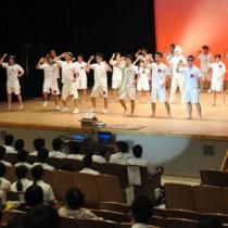 多彩なプログラムで会場を盛り上げた舞台発表=13日、徳之島町文化会館