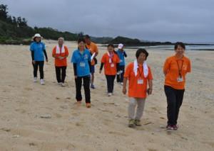 海岸でウオーキングを行ったツアーの参加者ら=20日、伊仙町