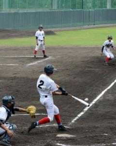 七回、大島の4番上原が走者一掃の適時三塁打を放つ=4日、市民球場