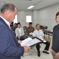 (右から)研修を終え修了証書を受け取る修了生と、鎌田町長=26日、瀬戸内町役場
