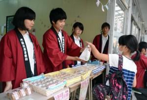 販売する情報処理科1年の生徒たち=6日、奄美市笠利町の県立大島北高校