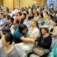 150人超の参加者が歌声を響かせた「市民とともに歌う夕べ」=27日、奄美市名瀬