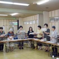 戦時中に歌われた「露営の歌」を合唱する受講生=13日、奄美市名瀬の金久分館