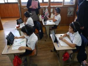 ICTを活用した授業改善に向け、1人1台ずつ配布されたタブレット端末を使う児童ら(母間小学校提供)