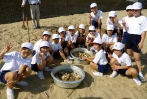 今年初の、ウミガメの卵保護に期待を膨らませる屋仁小の児童たち=11日、奄美市笠利町屋仁