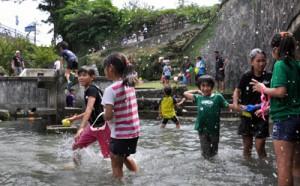 川遊びを楽しむ子どもたち=28日、知名町瀬利覚