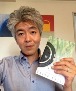米国で発売された英訳本を手にする藤井太洋さん(提供写真)