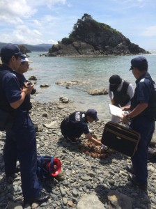 シラヒゲウニ漁解禁を前に行われた沿岸パトロール=16日、奄美市名瀬(名瀬漁協提供)