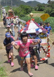 老若男女が繰り出して活気に包まれた豊年祭=14日、天城町松原