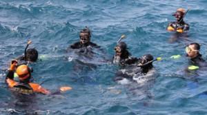 奄美海保の潜水士2人から潜水技術を学ぶ喜界消防分署の署員5人=18日、喜界町湾港
