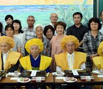 (前列右から)重野義光・ちか子さん、益江清雄・栗子さん、昌谷治利・典子さん夫婦と親族たち=28日、宇検村部連