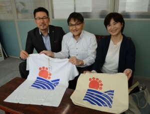 あまみらいが手掛けた「花田のミキ」関連商品。奄美ファン獲得の新たなツールに、と期待を押せる園田社長(左)らスタッフ