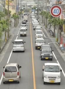 軽自動車が目立つ街中の通行車両=4日、奄美市名瀬塩浜町