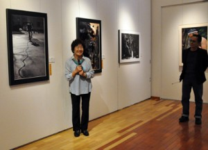 作家がそれぞれの作品を解説した県美展奄美関連作家展初日のフロアトーク=7日、田中一村記念美術館