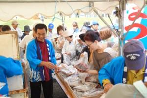 新鮮な魚介類も人気を集めたしま興し祭り=27日、喜界町