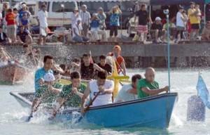 男子の部で永井組が3連覇を果たした小湊港祭りの舟こぎ競争=14日、奄美市名瀬小湊