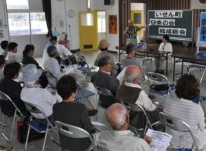 戦争体験を語った参加者ら=7日、伊仙町中央公民館