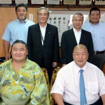 朝山市長を表敬訪問した(前列右から)藤島親方と翔天狼関=8日、奄美市役所