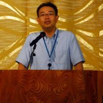 マイナンバー制度の概要について説明する熊本国税局の宮原雅史課長補佐=23日、奄美市名瀬