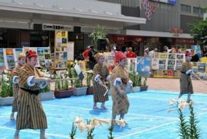 歌や踊りで今年も盛り上がったエラブ百合まつり=14日、尼崎市の阪神尼崎駅前広場