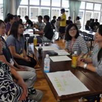 約80人が町の未来について語り合った若者未来会議=28日、和泊町のえらぶ長浜館