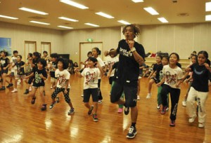 プロダンサーの三井さんによるヒップホップダンスのワークショップ=20日、奄美文化センター