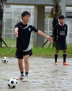 パス練習でスペースの取り方を選手に伝える藤崎さん=7日、古仁屋高グラウンド