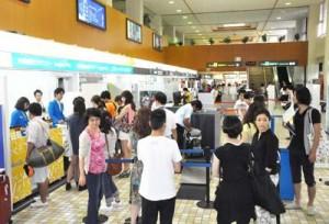 2014年度の乗降客数が9年ぶりに60万人台となった奄美空港=奄美市笠利町(資料写真)