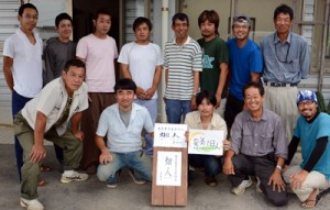 若手農家13人で結成した「奄美畑人(はてっちゅ)」=3日、奄美市笠利町須野