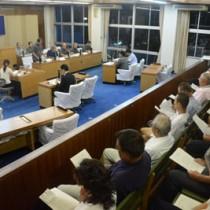 大和村議会が初の試みとして開いた夜間議会=16日、同村役場