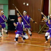 約5年ぶりに披露された「須古鎌踊り」=13日、田検小学校体育館