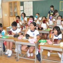 ネット配信を利用し歯みがき大会に参加した秋名小の児童ら=4日、秋名小学校